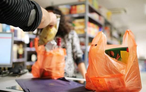 Должны ли покупатели платить за пакеты в магазинах?