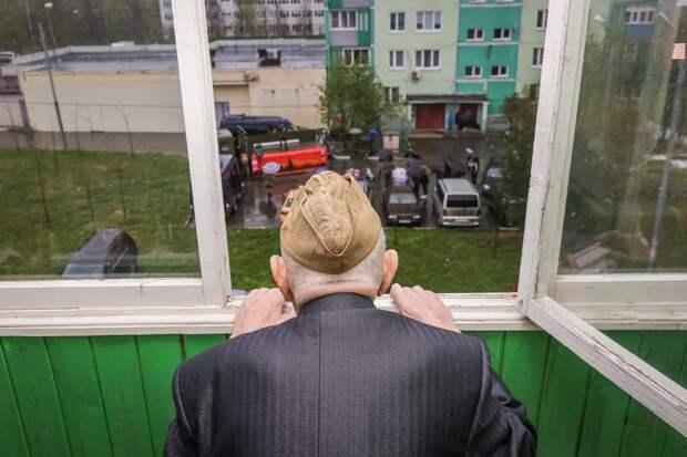 Активисты «Единой России» убрали дворы ветеранов и вручили им цветы в День Победы