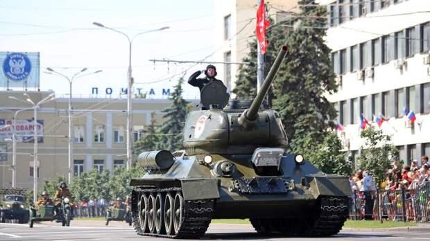 """Акция """"Бессмертного полка"""" началась в Донецке после военного парада"""