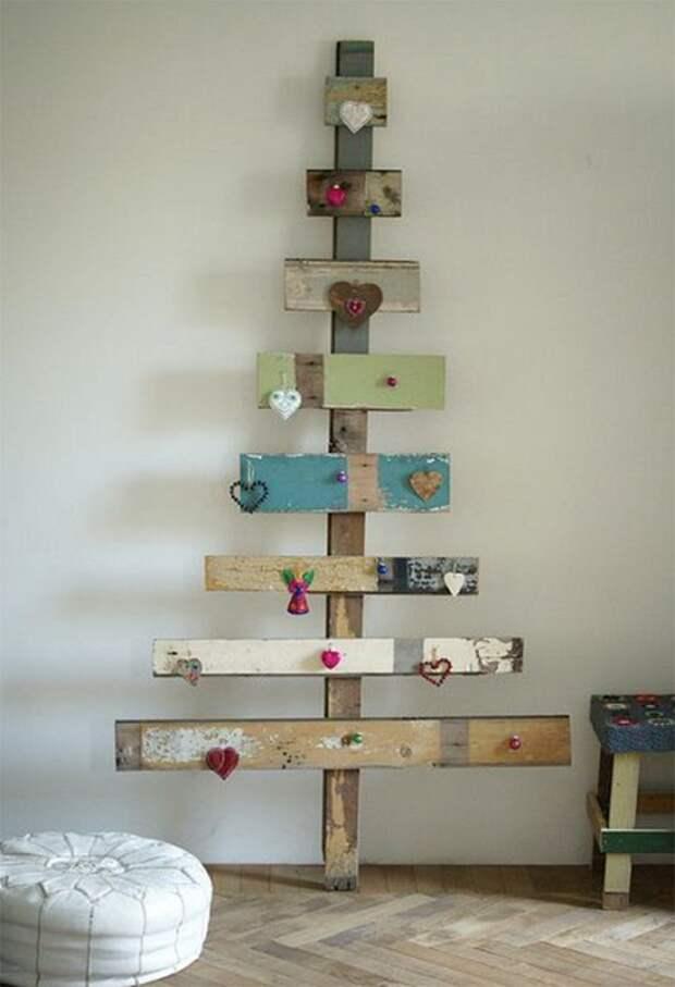 Украшение комнаты  с помощью декорирования её деревянной нестандартной елкой.