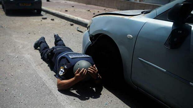 Израильский полицейский во время сирены в Ашкелон