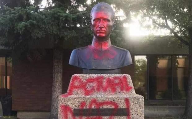 Настоящий нацист: в Канаде во второй раз облили краской памятник Шухевичу
