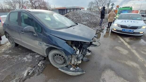 В аварии с тремя автомобилями на Волгоградке пострадала женщина