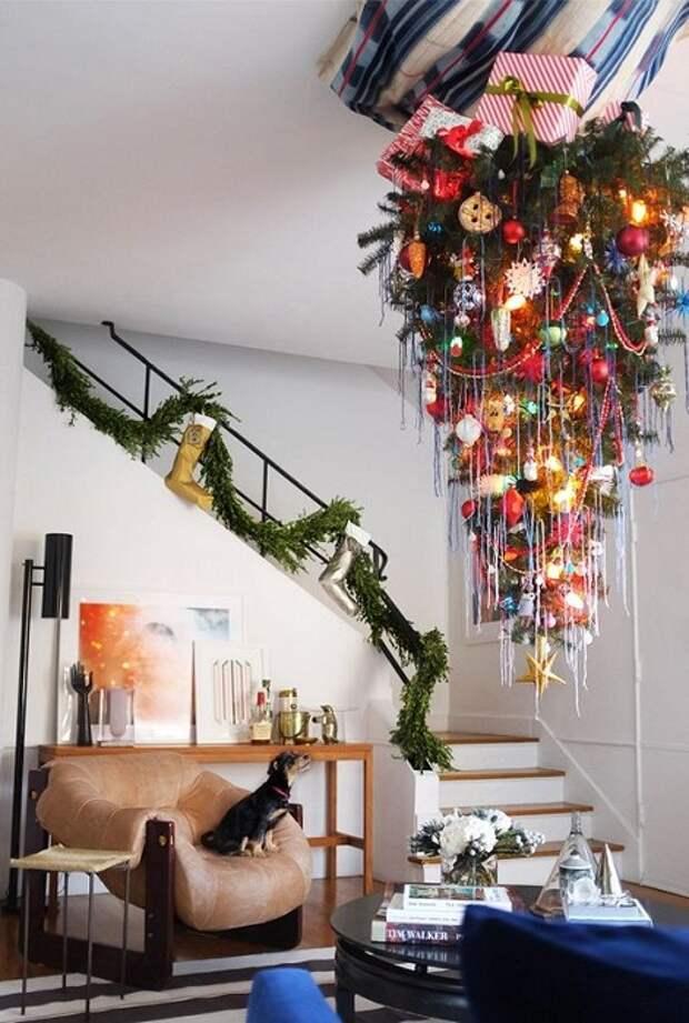 Креативный вариант создать елку перевертыша, что станет лучшим решением для экономии пространства.