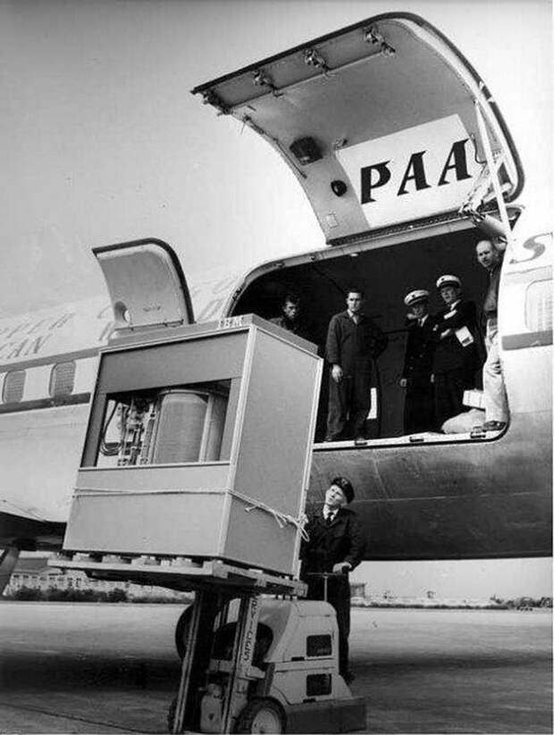 Техники грузят «карту» памяти в 5 мегабайт в самолет, 1956 год. Здорово, туда влезет целая картинка…
