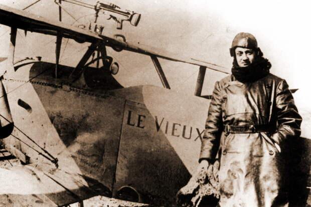 Гинемер и «Бебе» N836, март 1916 года. К тому времени фирма «Ньюпор» уже перешла на зелёно-коричневый камуфляж, но данный аппарат был полностью выкрашен в бледно-голубой цвет. Также его отличали нестандартная пулемётная установка (возможно, авторства самого лётчика) и надпись «Le Vieux Charles» на обоих бортах и спереди на капоте - Самый известный «Аист» | Военно-исторический портал Warspot.ru