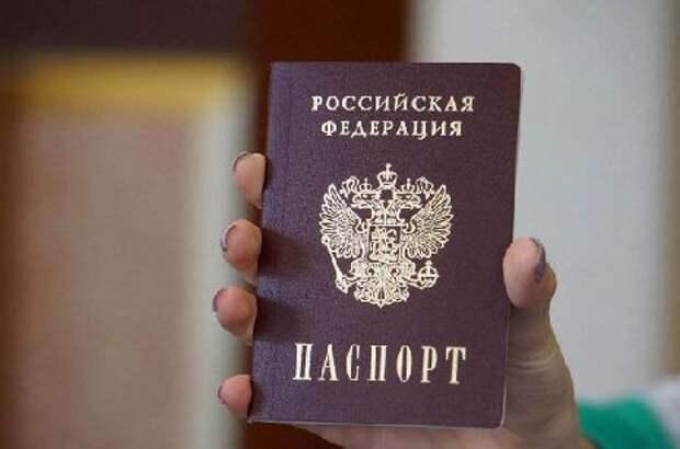 В День России 18 одарённых школьников области получили первые паспорта