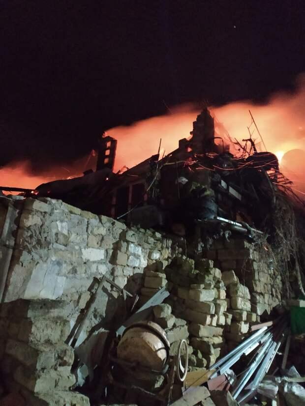 В Керчи из горящего дома спасли мужчину