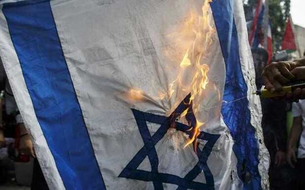 В Германии перед синагогами сожгли флаги Израиля