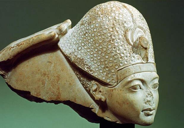 Скульптура фараона Тутанхамона.