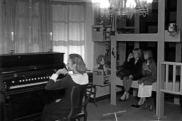 мэри поппинс играет на фортепьяно