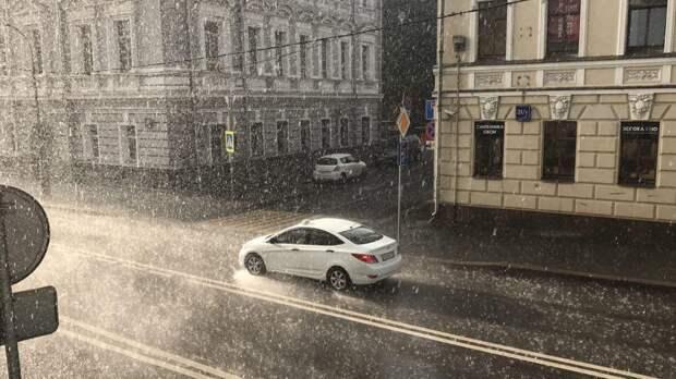 Москвичей предупредили о ливне и грозах до конца воскресенья