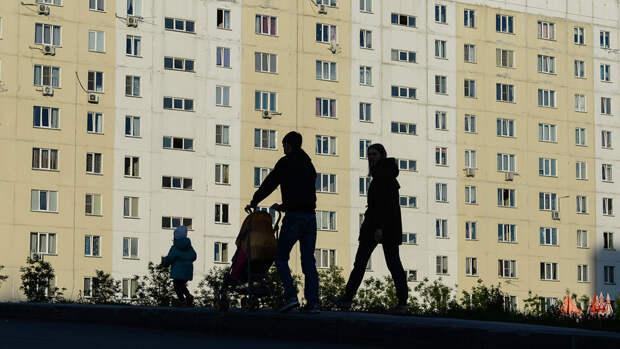 В Петербурге лепнина с фасада упала на коляску с ребенком