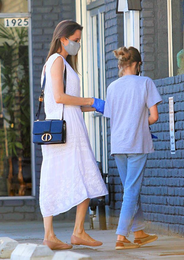 Первый выход за долгое время: Анджелина Джоли с дочерью на шопинге в Лос-Анджелесе