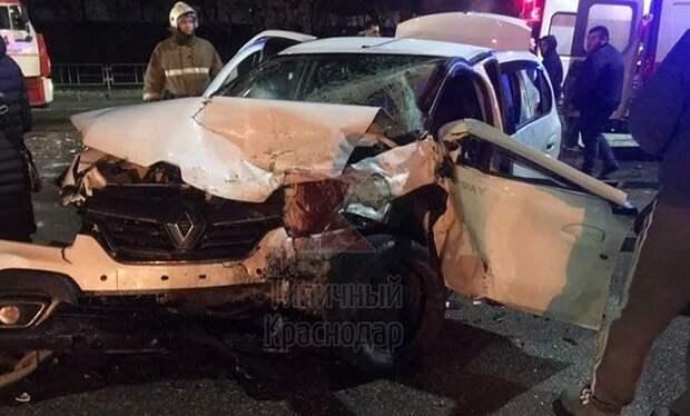 В ДТП на Ростовском шоссе Краснодара пострадали 8 человек