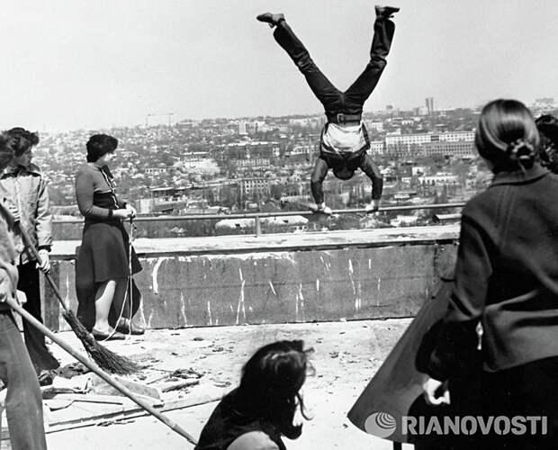 Момент съемок фильма В моей смерти прошу винить Клаву К. (режиссеры Николай Лебедев, Эрнест Ясан), 1979