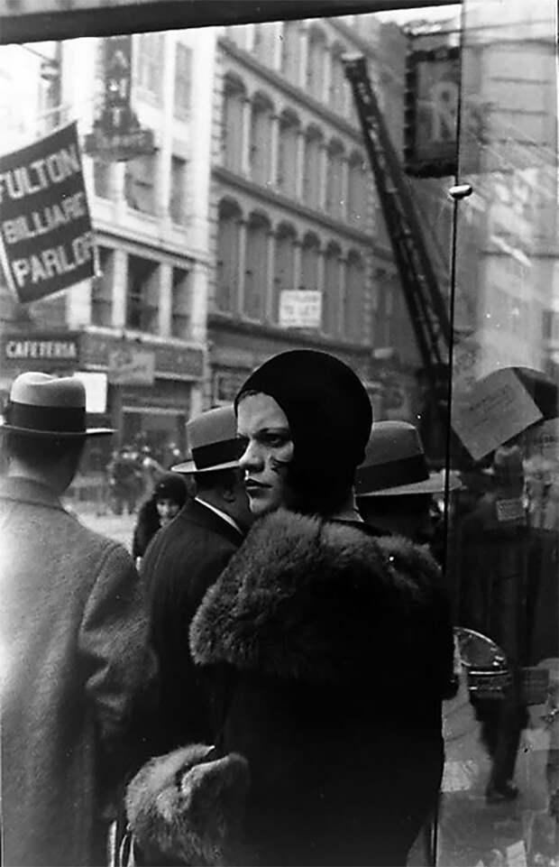 Девушка на Фултон-стрит, Нью-Йорк, 1929 год Стиль, винтаж, двадцатые, женщина, мода, прошлое, улица, фотография