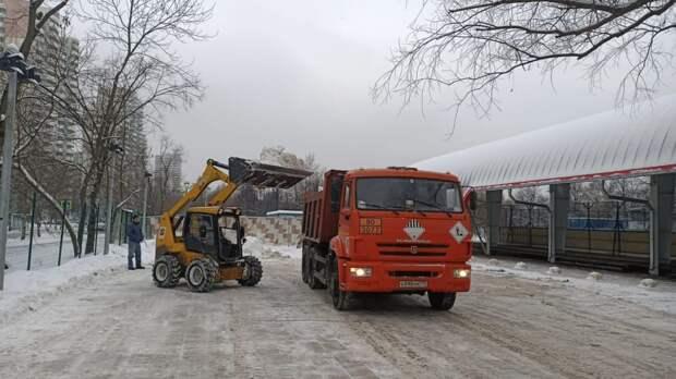 В Лианозове коммунальщики оперативно убирают снег