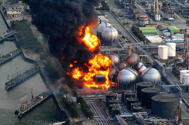 Газохранилища взорвались после землетрясения на нефтеперерабатывающем заводе Cosmo в городе Исихара, префектура Тиба
