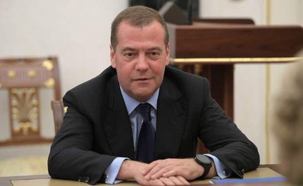 Медведев призвал законодательно закрепить понятие о самозанятых