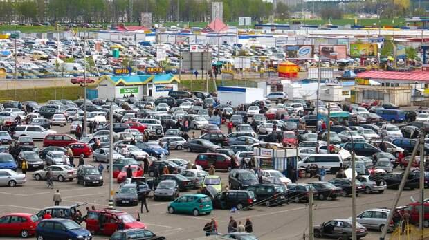 Продажи легковых автомобилей в РФ увеличились почти в четыре раза