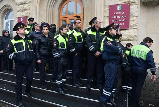 Сухумское дежавю. В Абхазии снова штурмуют президентский дворец. Власти меняются, но не решают проблемы страны