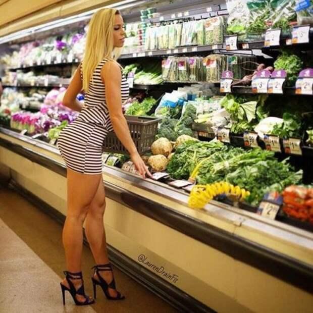 Соблазнительные девушки в обтягивающих платьях