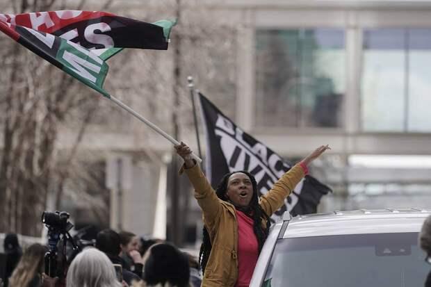 Сотни людей собрались у суда, где вынесли вердикт по делу о гибели Джорджа Флойда