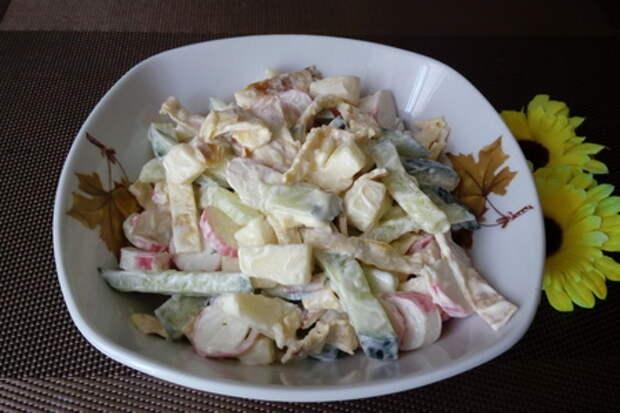 Фото к рецепту: Салат с сулугуни и крабовыми палочками