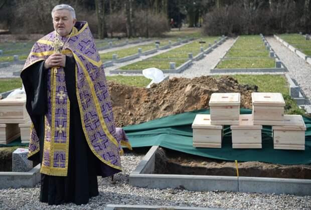 В церемонии перезахоронения останков русских воинов участвовал священник.