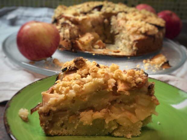 Шарлотка — нестандартный рецепт: тесто не бисквитное, не сухое, а сочное и без перемешивания с яблоками