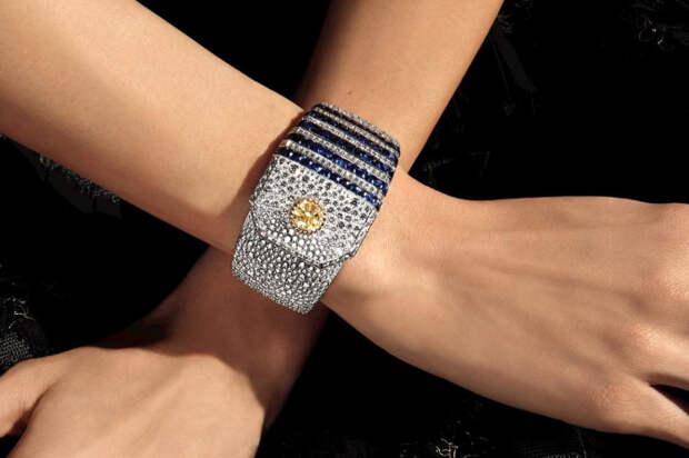 Браслет с 2-каратным желтым бриллиантом, сапфирами и бесцветными бриллиантами из коллекции Flying Cloud от Chanel. \ Фото: jewellerymag.ru.