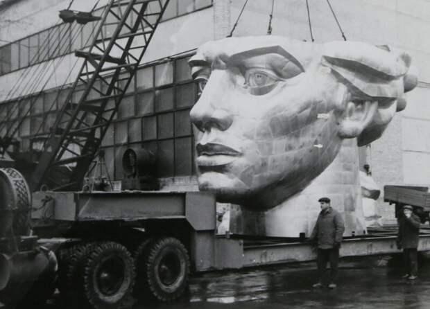 Погрузка головы скульптуры «Родина–Мать» на полуприцеп–платформу для транспортировки к месту монтажа, 1980 год, Киев история, ретро, фото