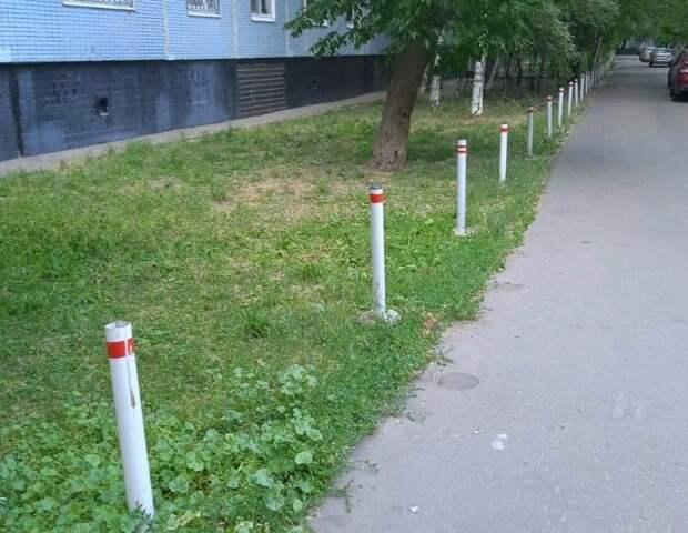 Антипарковочные столбики вернули на место вдоль дома на Донецкой