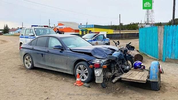 Под Красноярском водитель BMW без прав протаранил мотоцикл с подростками