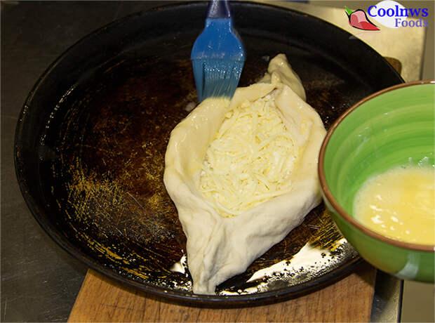 смажем яйцом Аджарский хачапури