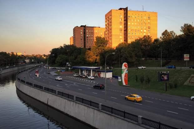 Автомобиль с пассажирами упал в реку в Москве