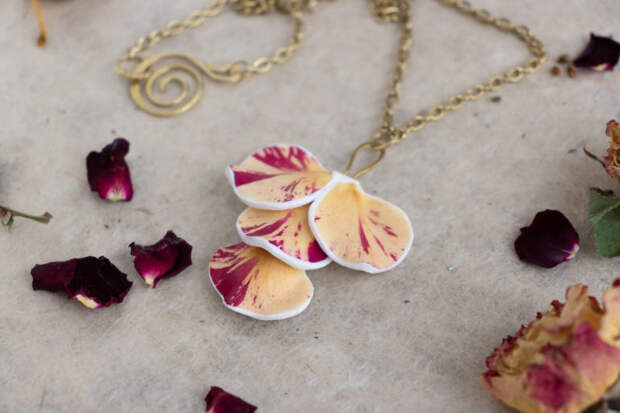 Художница навсегда сохраняет красоту живых цветов в своих уникальных украшениях