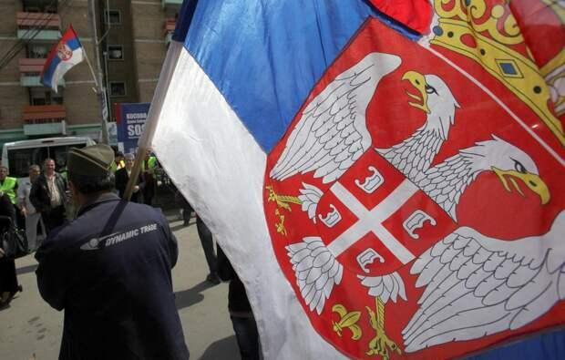 Косовские албанцы срывают сербские флаги в сербских анклавах