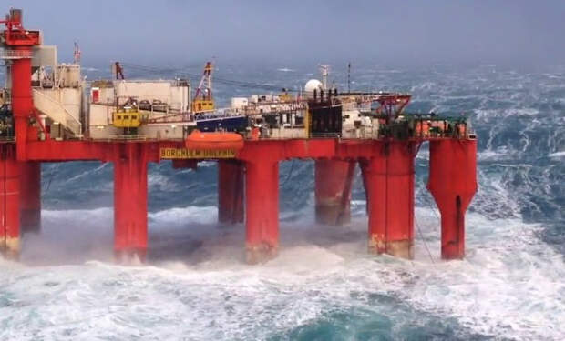 Нефтяники сняли на камеру, как 10-балльный шторм раскачивает огромную нефтяную платформу
