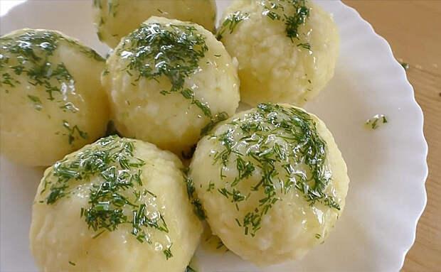 Превращаем вареную картошку в сочные фрикадельки. Достаточно добавить яйцо и немного крахмала