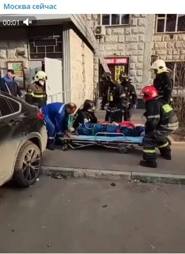 На Дубнинской мывшая окна жительница выпала из окна