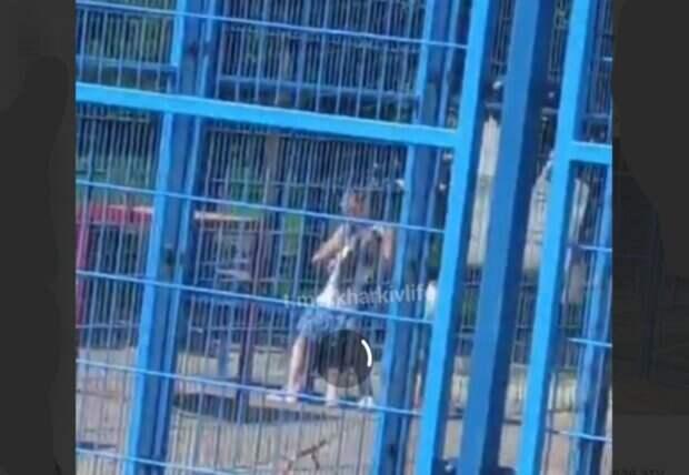 """""""Никто не вмешался"""": мать издевалась над собственной дочерью на глазах у прохожих, видео"""