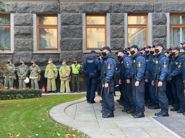Националисты без масок и дистанции провели марш в честь УПА