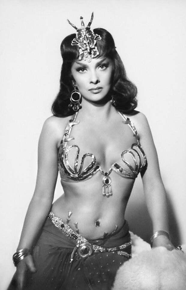Джина Лоллобриджида на съемках фильма «Соломон и царица Савская» (1959).