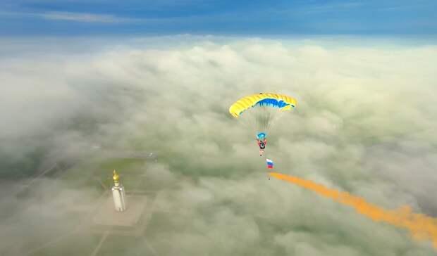 Парашютист прыгнул кзвоннице вПрохоровке свысоты 1300 метров