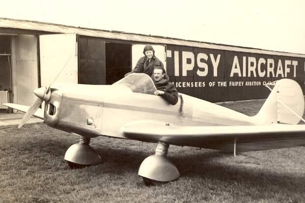 Возможно, это изображение (1 человек, летательный аппарат, на открытом воздухе и текст «HIPSY AIRCRAFT ICENSEES OF THE FAIREY AVIATION»)