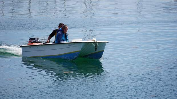 Жители сибирской деревни вынуждены ездить в магазин и больницу на моторной лодке