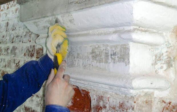 Реставраторы восстановили масляную живопись на фасаде храма в Брюсовом переулке