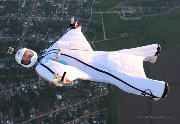 Жительница Марьина покоряет небо в специальном костюме-крыле